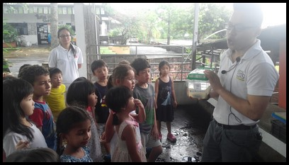 Zheng Xun proceeded to show the kids the different tanks containing the frog eggs, tadpoles, froglets and young bullfrogs.
