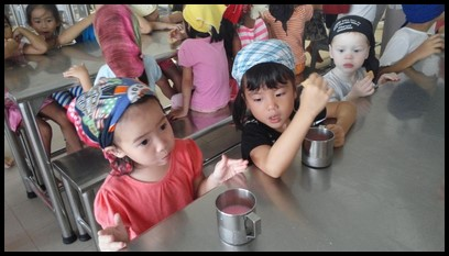 After visiting the prayer hall, the children were served biscuits and bandung drinks in the community kitchen.