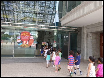 The children looked forward to seeing the different exhibits at National Gallery. To provide a better experience of the various installations, the children were split into two groups.