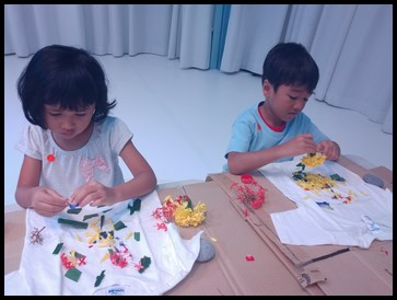The children reused the petals and started arranging them on their shirts, depending on the design that they wanted.