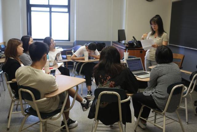 王奕涵在带领同学们做比较文学工作坊