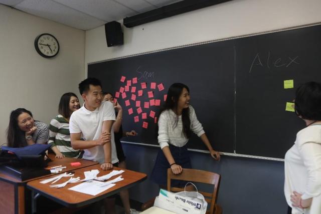 同学们在游戏中学习社会性别的定义与分类