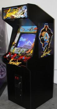 """L'arcade aveva anche il suo bel cabinato. Oddio, mica tanto """"bel""""."""