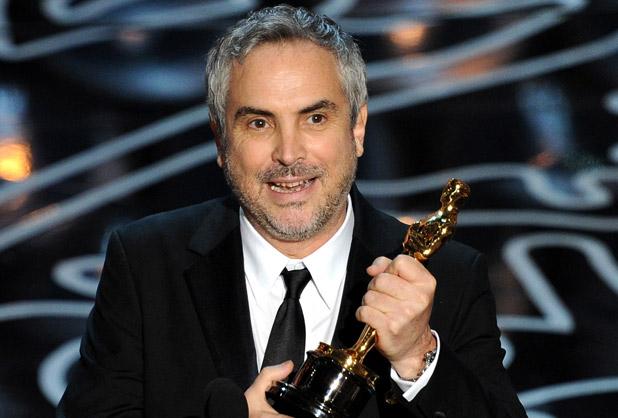 Alfonso Cuarón, mentre si fa beffe di Leonardo DiCaprio.