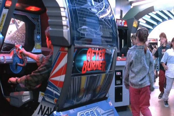 John Connor gioca beato con After Burner II prima che inizi Terminator II al cinema.