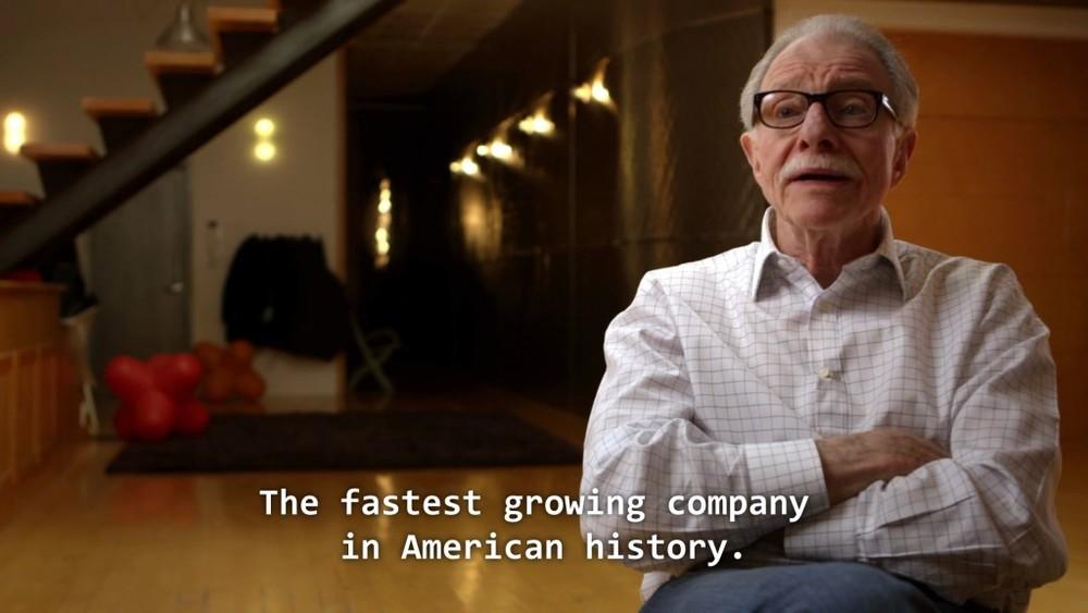 Nel corso del documentario viene anche giustamente fatto notare che, certo, E.T. non era un bel gioco, ma il più brutto di sempre, dai, neanche per sbaglio. Quello nella foto è un dirigente Warner, comunque.