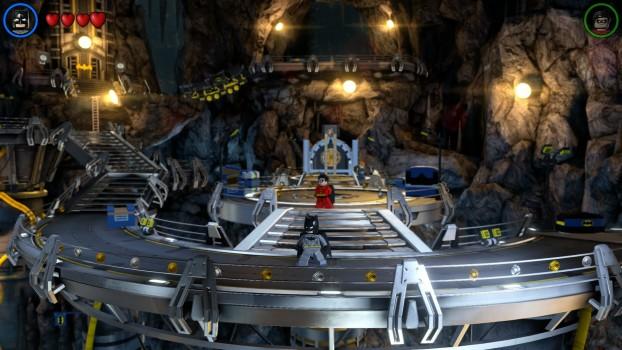 """La Batcaverna è enorme ed è uno dei livelli """"hub"""" del gioco."""