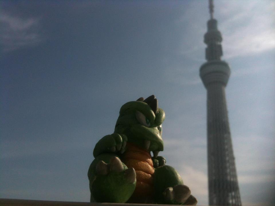 Una scultura del Lizard Man di  Monster World II  ( Wonder Boy III: The Dragon's Trap  qui da noi) in posa ai piedi della nuovissima Tokyo Sky Tree, secondo edificio più alto del mondo, che sorge vicinissima agli uffici di Westone Bit Entertainment.
