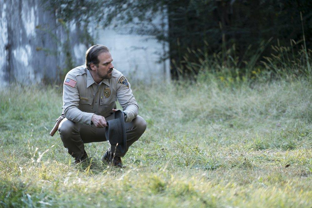 Lo sceriffo Hopper si accovaccia per capire meglio.