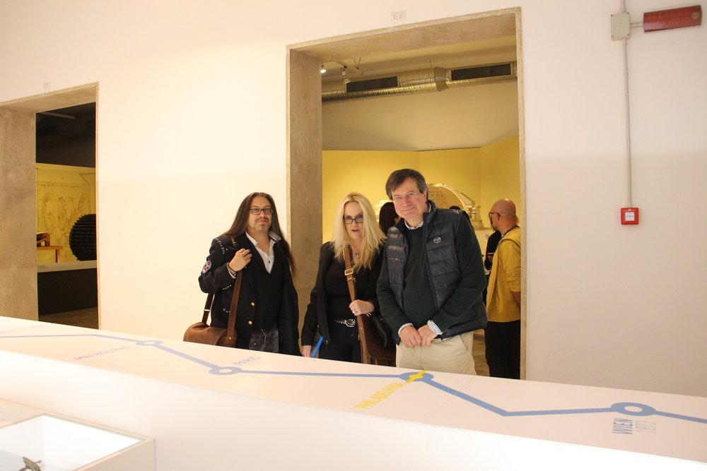 John & Brenda in visita al museo con il direttore.JPG