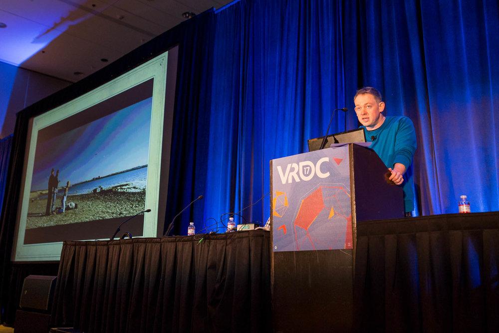 Rob Yescombe espone le sue idee dal palco della VRDC.