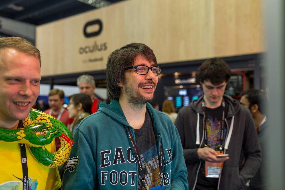 Nella foto, la mia espressione da ebete estasiato (e convalescente) mentre provavo il gioco.