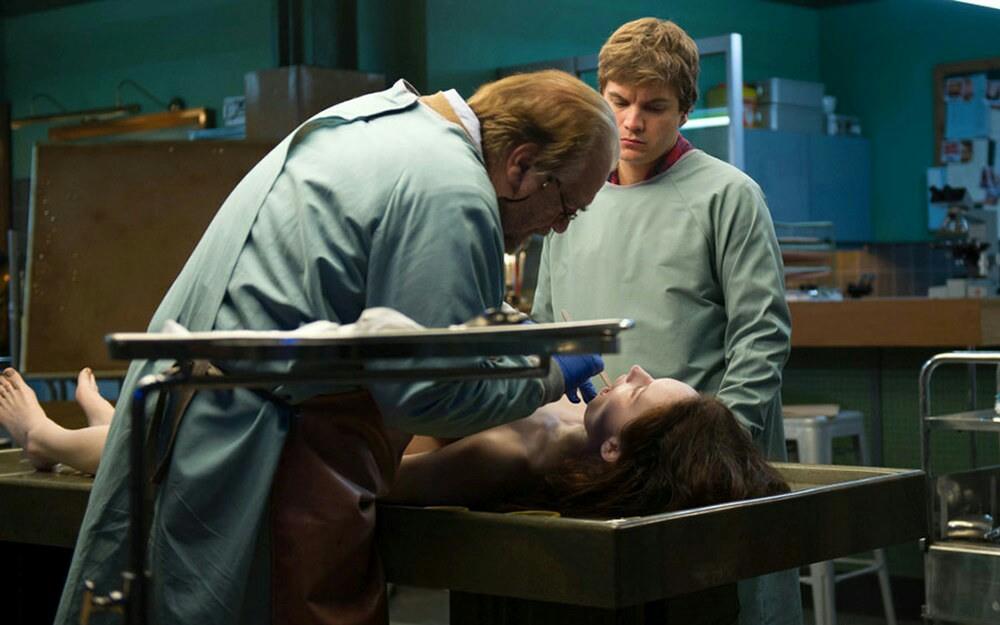 Effettivamente deve pigliare malissimo quando fai il medico legale e ti si presenta, da morta, una figa del genere.