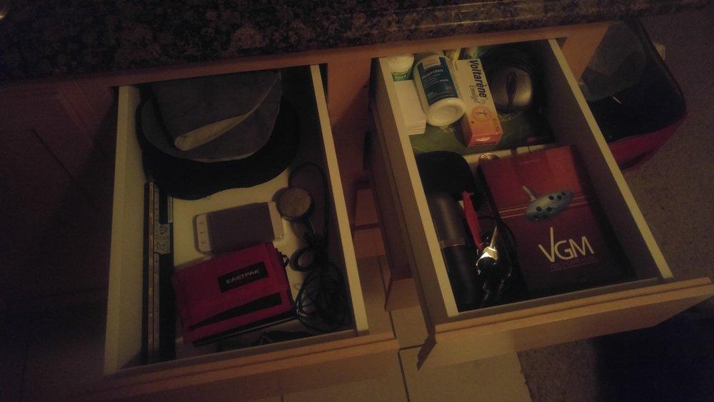 Mentre tutti dormivano, ho invaso i cassetti della cucina con le mie cianfrusaglie.