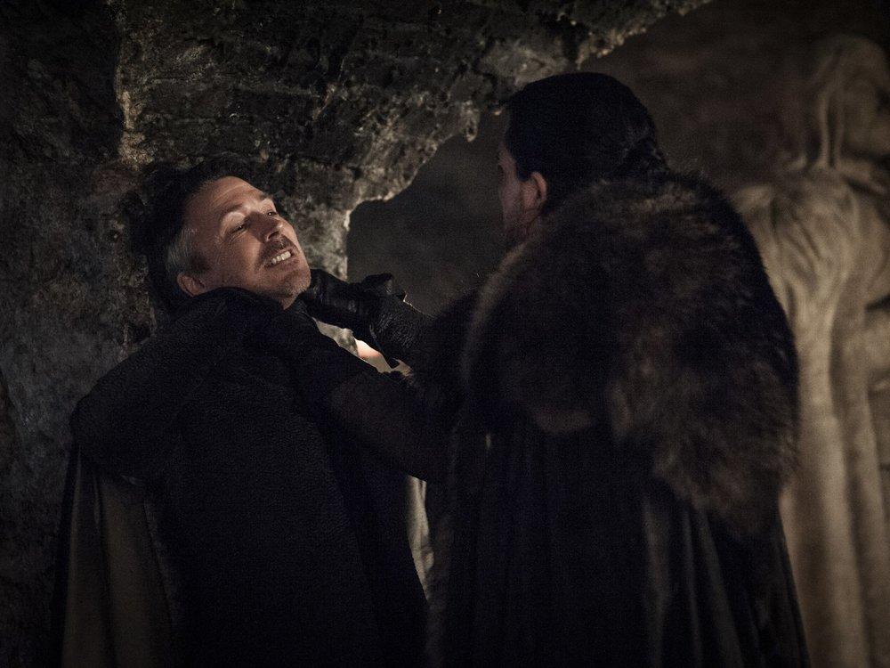 In questa foto possiamo notare le chiare origini calabresi di Jon Snow, il quale, da buon silano, promette a lord Baelish di mettere una buona parola per lui con sua sorella Sansa.