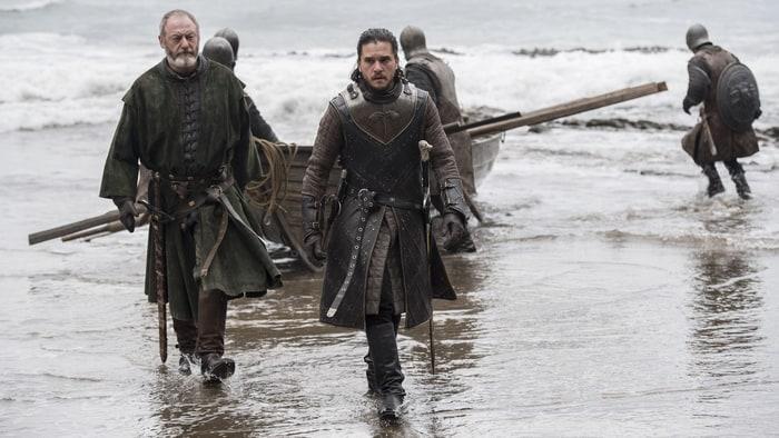 Un po' spartano, vero, ma l'arrivo di Jon Snow a Roccia del Drago è comunque d'impatto.