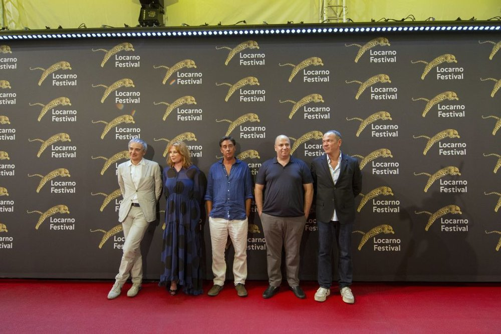 La giuria del 70° Festival di Locarno presieduta da Olivier Assayas (primo da sinistra)