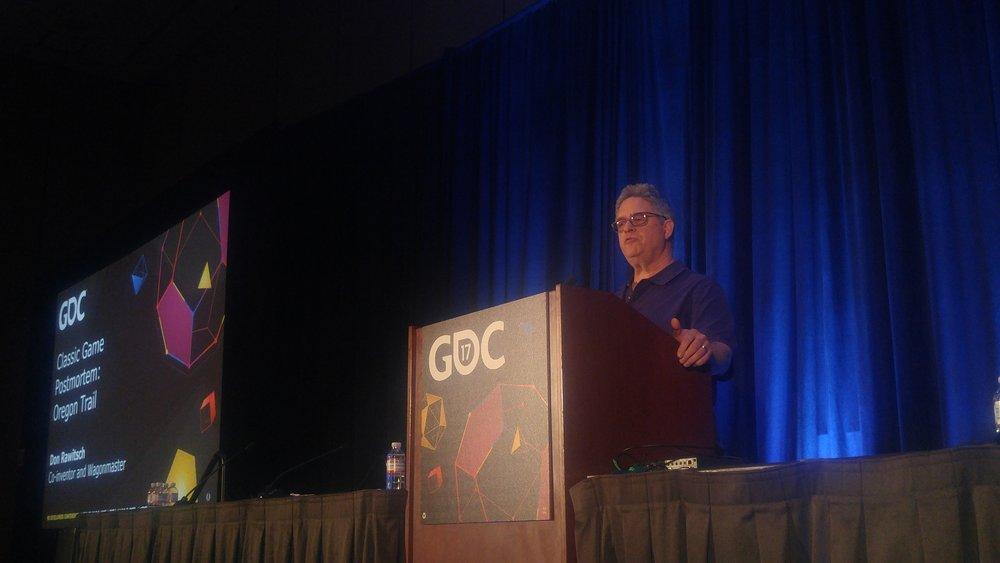 Don Rawitsch osserva l'orizzonte della sua migrazione dal palco della GDC 2017.