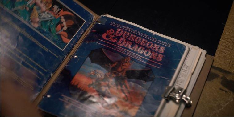 L' Expert Rulebook  e, sul lato sinistro, il retro di copertina di    Isle of Dread , storica espansione e modulo di  Dungeons & Dragons .