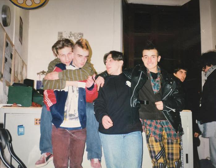 """Una foto del Rock Club 52 """"ai tempi del Rock Club"""" che sembra uscita da una rivista giovanilista anni Novanta. Preciso che nell'immagine io non ci sono: all'epoca vestivo in modo anonimo, e comunque stavo sempre al piano di sotto a perdere tempo su internet via Netscape."""