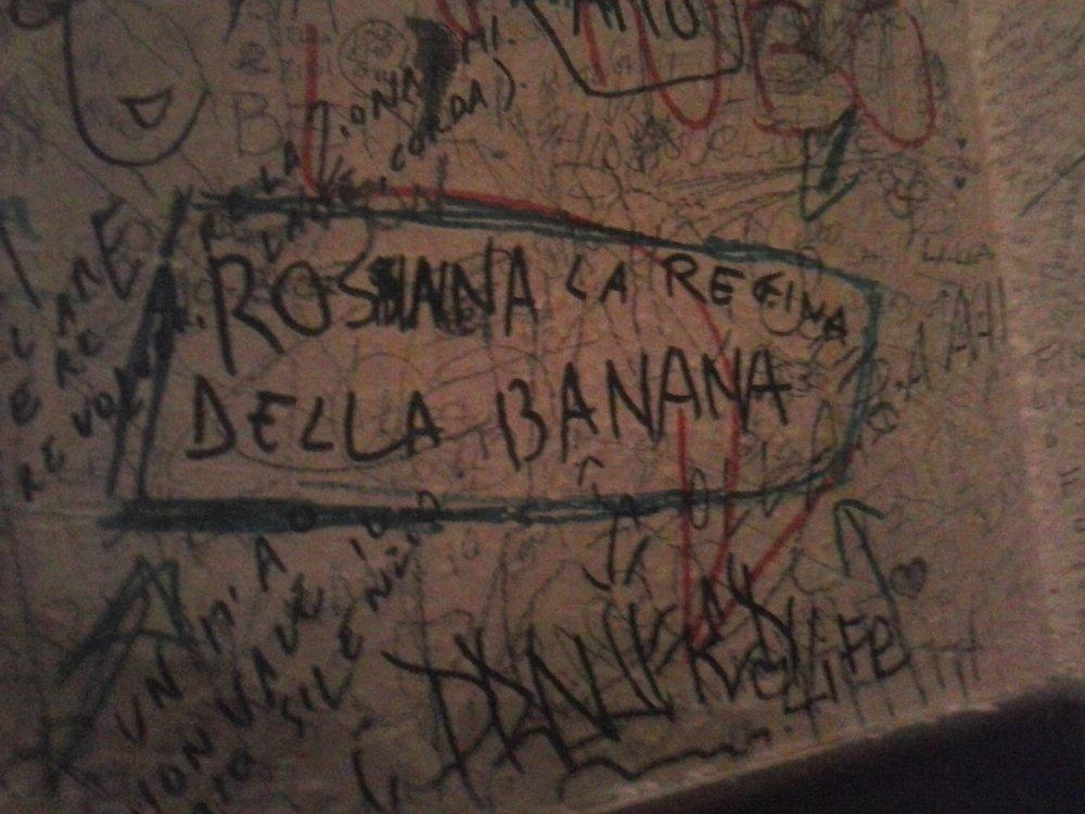 """I muri della Birreria 35, pregni di versi delicati. Saluti a Rossana """"la regina della banana""""."""