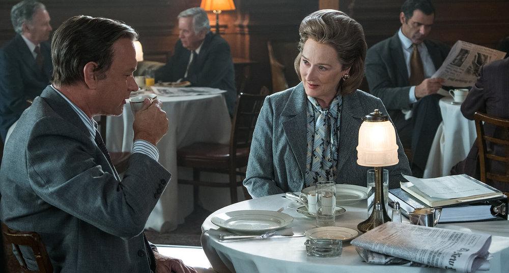 Meryl Strep e Tom Hanks a tavola mentre si mangiano il film.