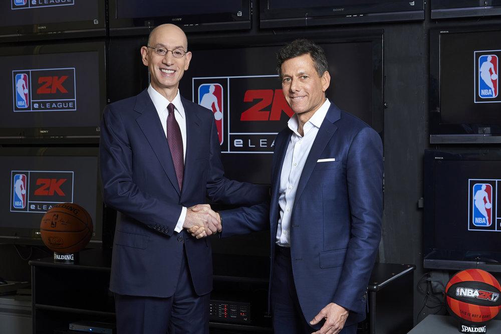 Adam Silver (sinistra), Commissioner NBA con Strauss Zelnick (destra), CEO di Take-Two Interactive