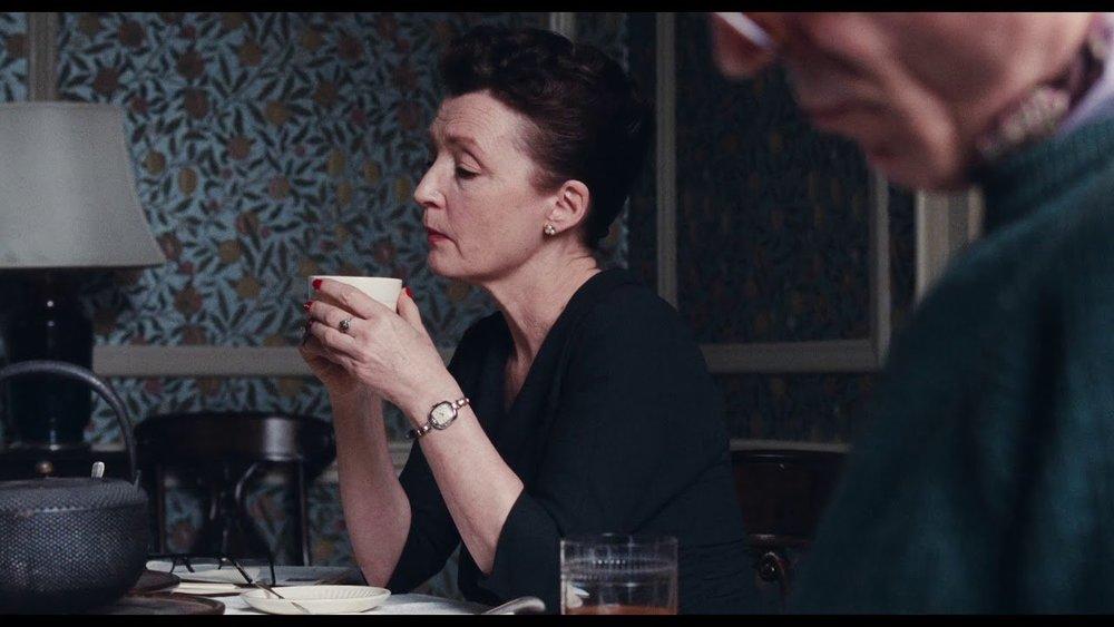 Nonostante l'ostentata freddezza, Cyril Woodcock (Lesley Manville, candidata all'Oscar come migliore attrice non protagonista) è probabilmente il personaggio più tragico del film.