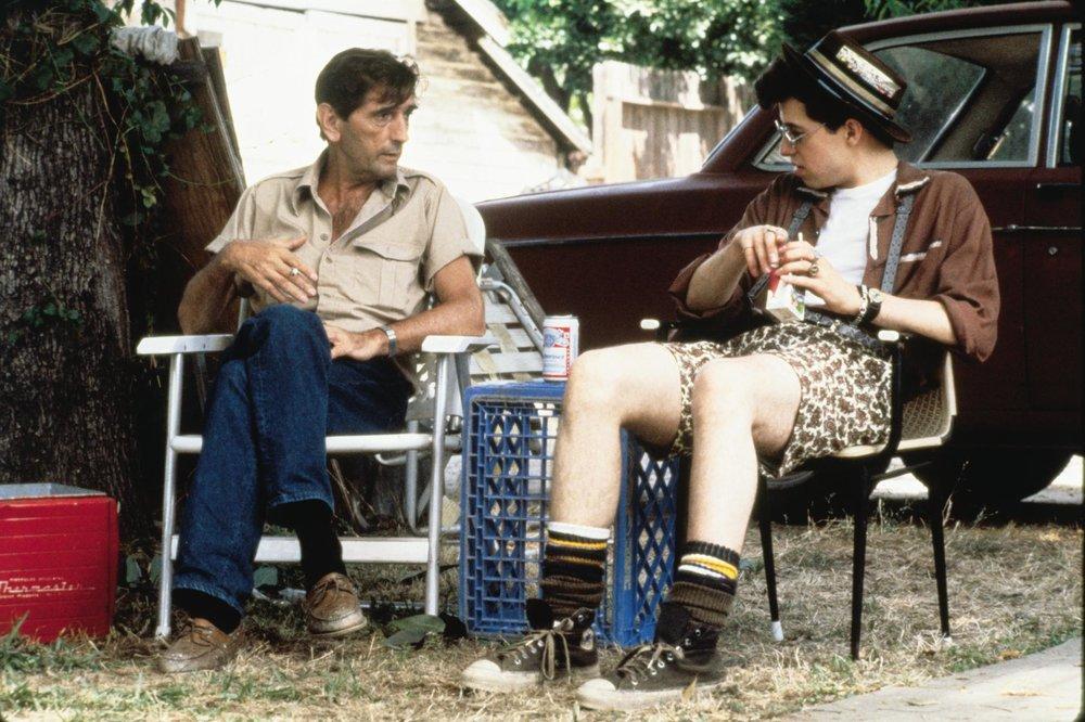 Non servono costose scenografie o mille giri di parole per raccontare l'America suburbana degli anni Ottanta. Basta assumere Harry Dean Stanton.
