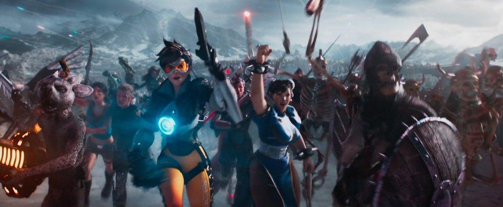 Le scene di massa sono davvero buone, soprattutto la gara all'inizio del film (nella foto, un po' di fan service).