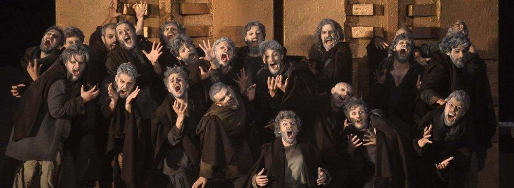 Una foto d'epoca di un coro greco durante una rappresentazione de  Il pianeta delle Scimmie - Il Musical .