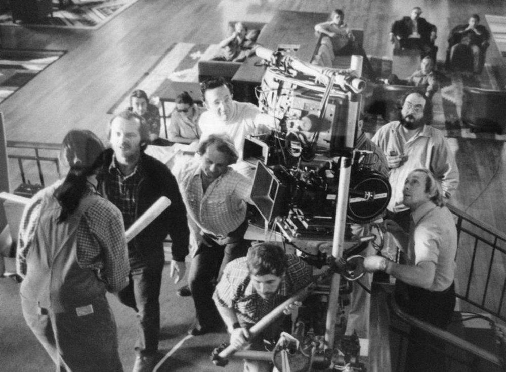 Stanlio Kubrik  mentre prova col cast la celebre scena lungo la scalinata del Titanic.