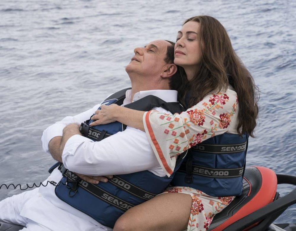 Non ho idea di quanto sia realistica la rappresentazione del complicato rapporto tra Silvio e la moglie Veronica, e nemmeno mi interessa. Resta comunque una fra le cose migliori di tutto il film.