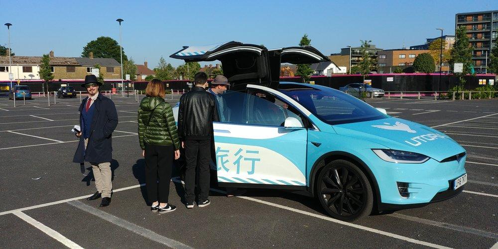 Se sei un VIP, ti accoglie un agente dell'LAPD che ti porta a una Tesla, guidata da uno che poi ha pure un certo ruolo nel gioco. La Tesla è ovviamente addobbata a tema.