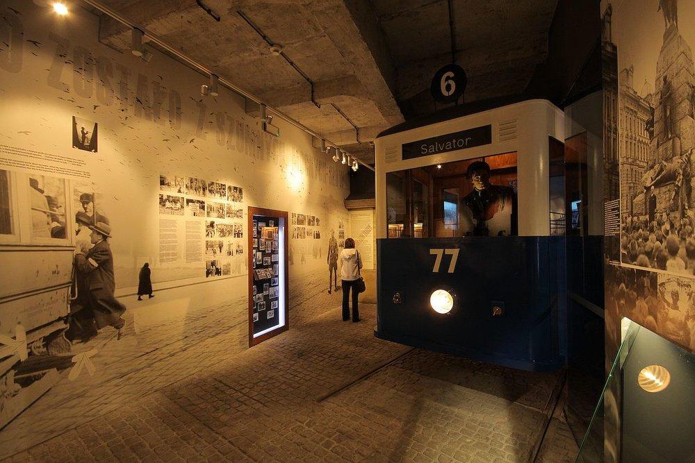 Nonostante la vocazione multimediale, il percorso espositivo ospitato dalla ex fabbrica di Oskar Schindler manca di ritmo.