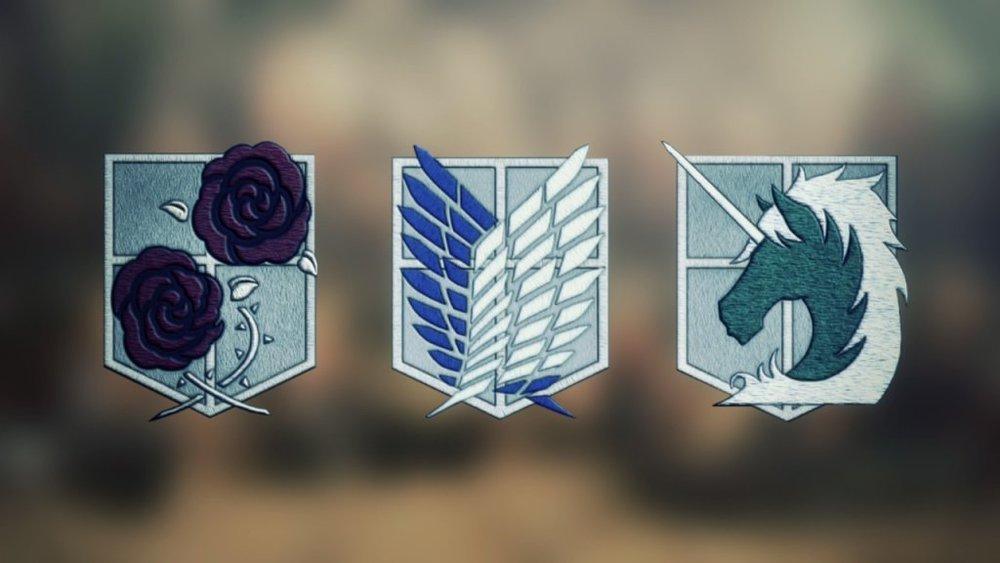 Gli emblemi gloriosi dei tre gruppi militari protagonisti alla base della storia. Il Corpo di Guarnigione, La Legione Esplorativa e, infine, Il Corpo di Gendarmeria. Ogni ordine militare ha precisi compiti nella storia e Isayama è davvero abilissimo ad intrecciare i loro destini.