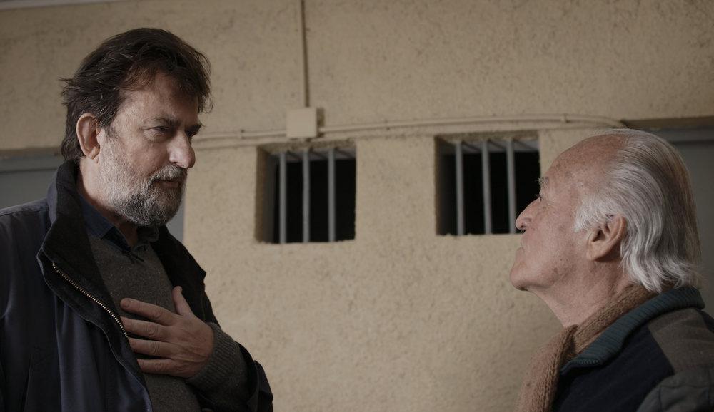 Il regista nel carcere di Punta Peuco mentre intervista il militare Raúl Eduardo Iturriaga, condannato per omicidio e sequestro di persona.