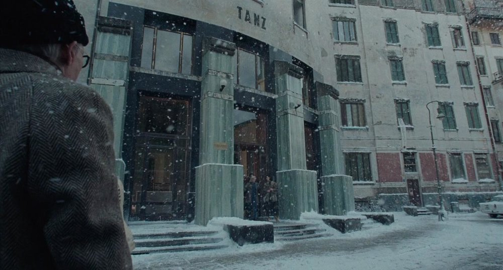 La Berlino del 1977, divisa dal muro e dalla guerra fredda, è a tutti gli effetti un personaggio del film (anche se in realtà l'edificio nella foto si trova a Varese, giuro, a mezz'ora da casa mia).