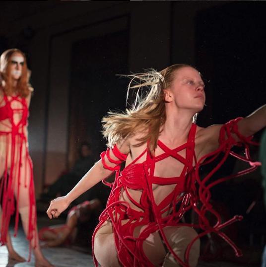 Mia Goth - qui impegnata in un frammento della danza  Volk  - è tra le migliori in scena.