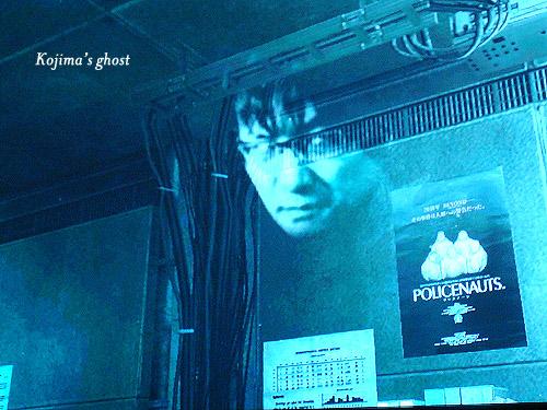 Ovviamente Kojima è accanto al poster di Policenauts nel laboratorio di Otacon.