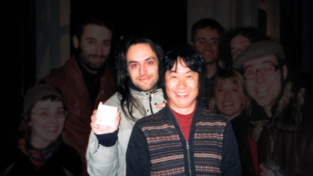 """Una foto di colui che per molti sarebbe il """"vero"""" Davide Soliani, in compagnia di un membro della Yakuza."""