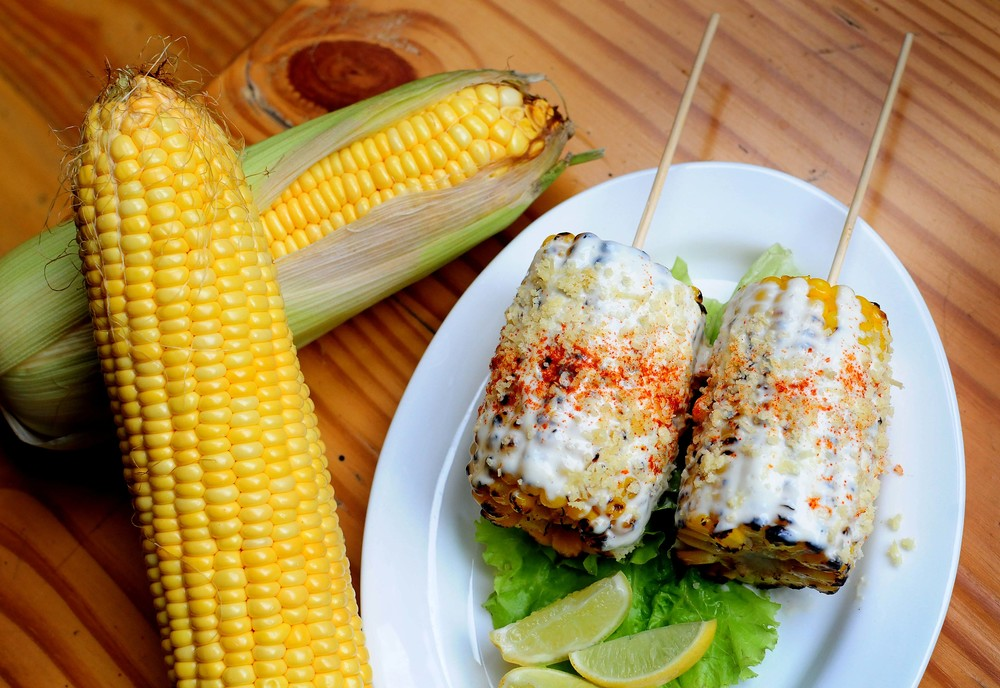 Elote ( Mexican grilled  corn ) 3.jpg