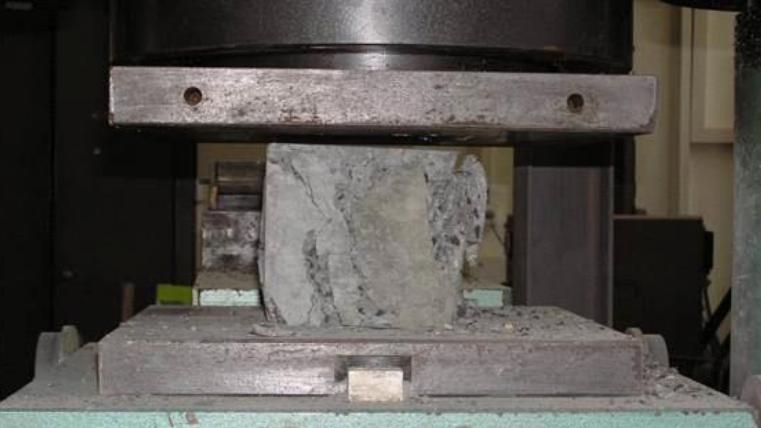 UHPC při zkoušce pevnosti v tlaku - charakteristická hodnota pevnosti v tlaku u těchto betonů je 150 -250 MPa