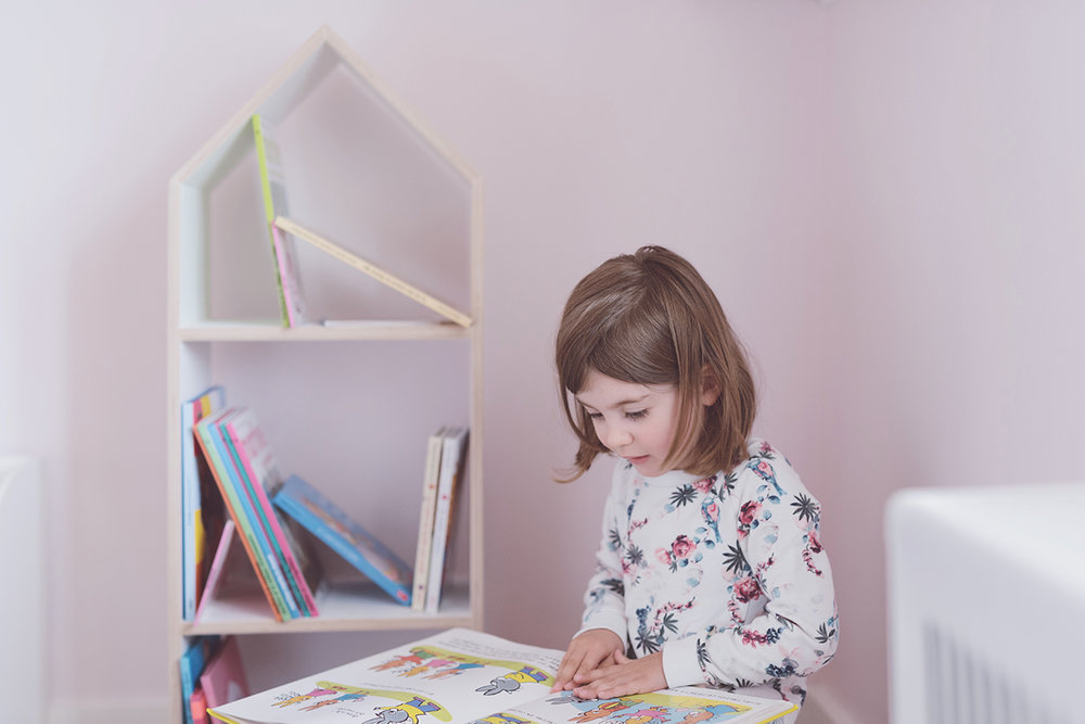 Péa les maisons. A toddler bedroom full of books