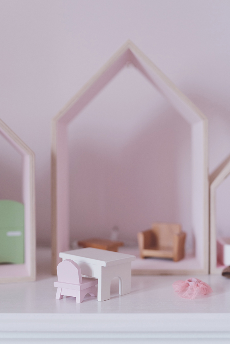 Péa les maisons. Ideas for a dollhouse with house shelves