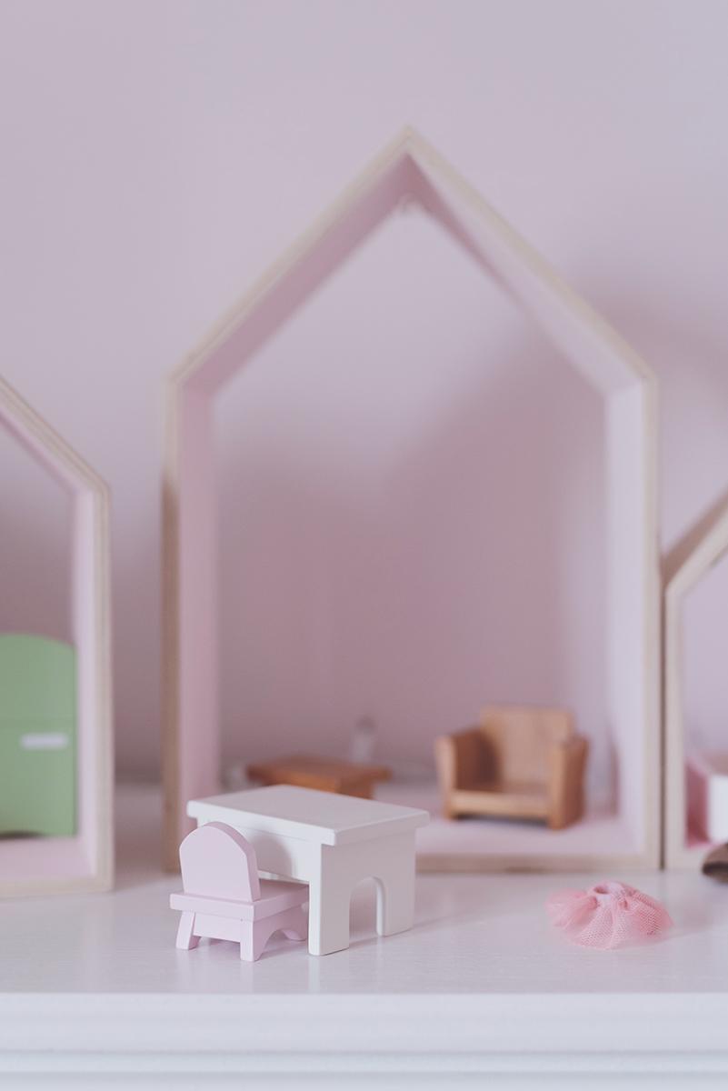 Péa les maisons. Une maison de poupées faite d'étagères en forme de maison