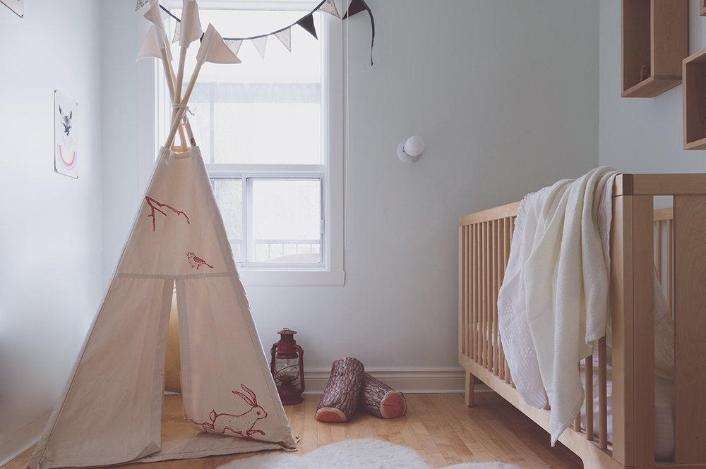 Péa les maisons. Une chambre toute douce, claire et lumineuse pour bébé et enfant avec un superbe tipi