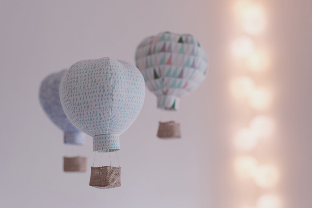 Péa les maisons. Des montgolfières comme doux mobile