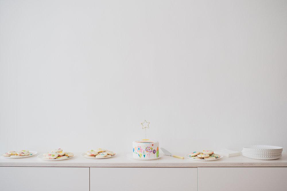 Péa les maisons. Une table à desserts simple et minimaliste pour une fête d'enfants magique