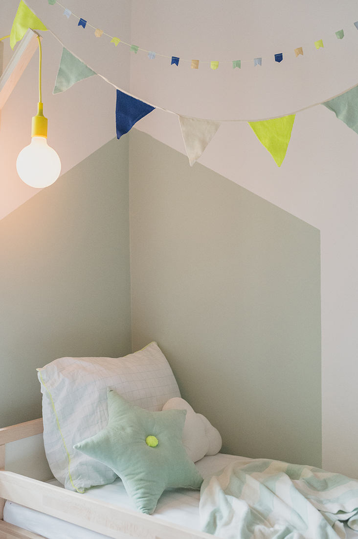 Péa les maisons. Little corner for a toddler boy in a shared bedroom